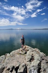 Dave poseert bij Indian Pond met Yellowstone Lake op de achtergrond