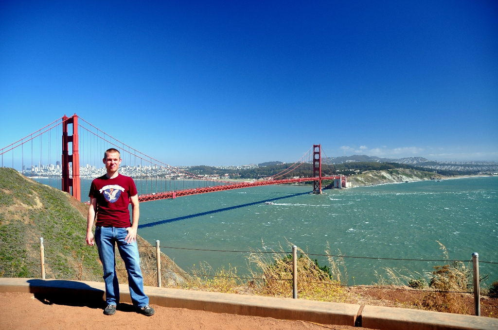 Dave poseert voor de Golden Gate Bridge