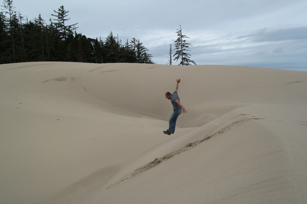 Erik springt in de Oregon Dunes