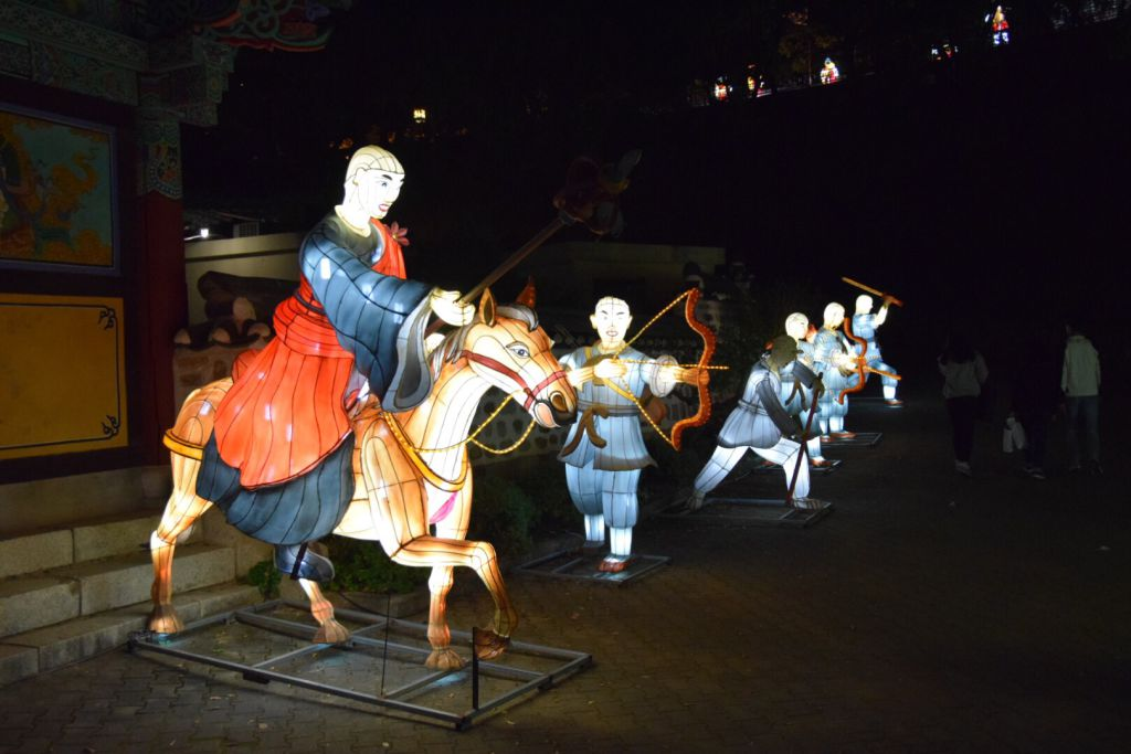 Ook de monniken vechten mee om het fort te bechermen