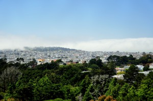 Laaghangende wolken aan de rand van de stad